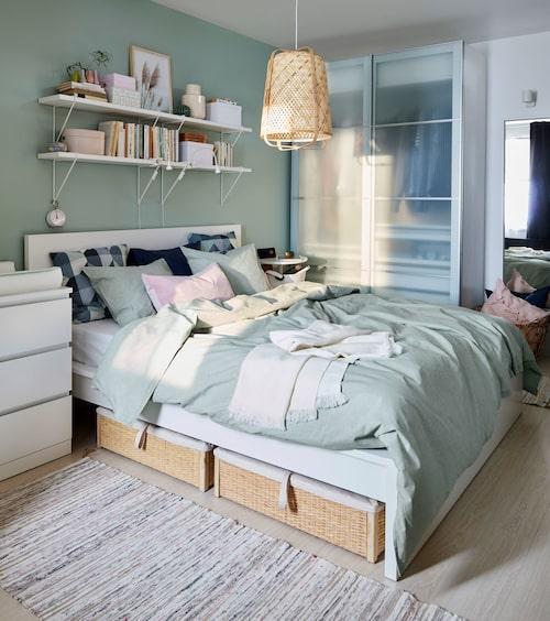 Lådor under sängen och garderob med skjutdörrar – snacka om smarta förvaringslösningar!