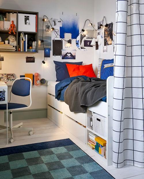 Hemma hos storfamiljen med fem barn är rummen fulla av kvadratsmarta idéer, som sängstommen med förvaring i äldsta barnets krypin.