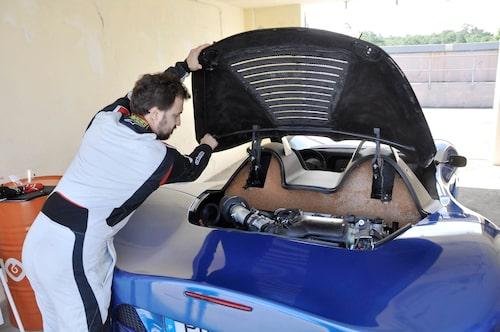 Än så länge saknas sista skärpan i detaljerna men notera korkmaterialet på motorväggen! 3,5-liters V6-motor hämtas från Toyota men även andra drivlinor är aktuella.
