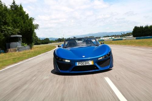 Den rojalistiskt blåfärgade P003RL är utrustad med starkaste V6-motorn kopplad till egentillverkad robust H-låda.