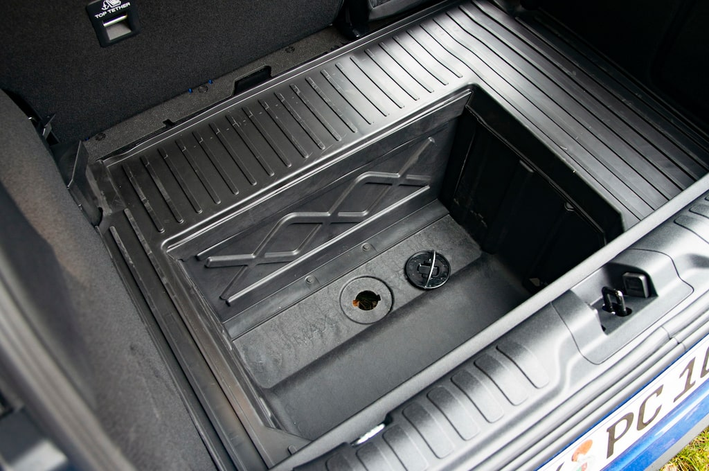 """Lådan under lastgolvet är 43 centimeter djup, kallas """"Mega Box"""" och har avtappningsplugg."""