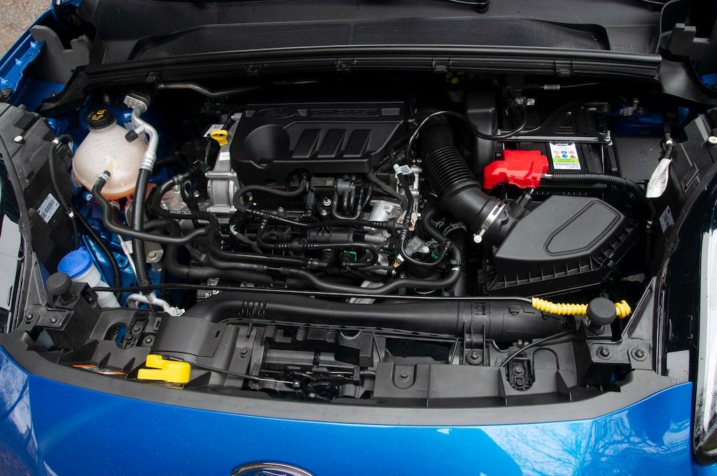 Trecylindrig bensinmotor på 1,0 liter är hjärtat i bilen. 155 hk levereras i provbilen. En 125-hästare finns också, men saknar mildhybridteknik.