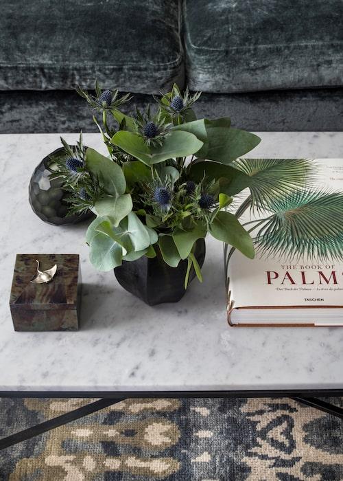Soffbordet från Familjen Fogelmarck har marmorskiva. Mattan matchar soffan perfekt.