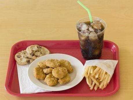 <p>En vanlig r&auml;tt fr&aring;n ett skolk&ouml;k i USA &auml;r n&aring;got som f&ouml;rst &auml;r fryst och som friteras varmt, som h&auml;r chicken nuggets. </p>