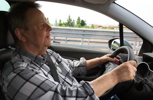 PeO Kjellström bakom ratten i Opel Crossland X.