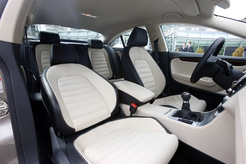 Interiört har diverse reglage och knappar fått ny design och VW pratar om en ny interiör. Men det handlar om en uppsminkning av en funktionell förarmiljö.