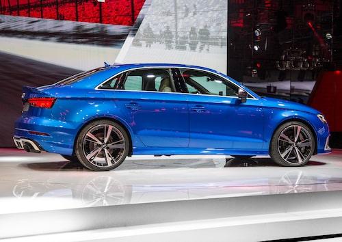 Den RS3 Sedan som Audi valde att ha med sig till Paris är inte röd...