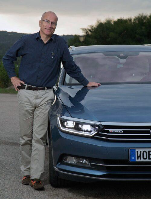 Efter att bilen parkerat sig själv lösgjorde sig herr Stjerna ur den dynamiska bilen.