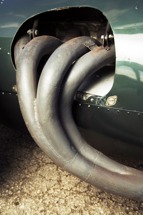 Ett underbart format grenrör som genom ett odämpat avgassystem sprider ett rått och råbarkat ljud.
