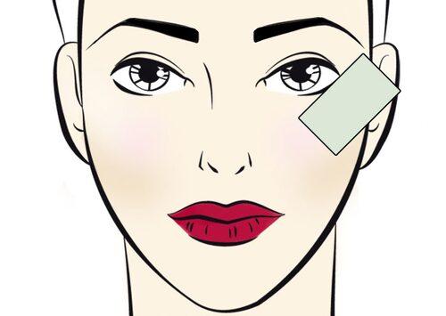 Få till en perfekt eyelinervinge med hjälp av ett kreditkort.