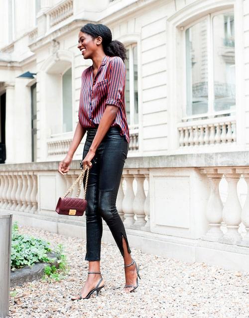 """""""Blus från Giada Forte. Skinnbyxor från Jitrois. Skor från Zara och väska från Chanel."""""""