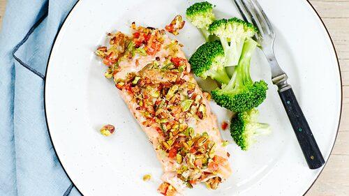 Recept på pistaschöverbakad lax med broccoli.