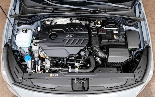 Tvålitersmotorn är roligare, och låter mer, än de flesta. Effektiv är den också med 275 hk och 378 Nm.