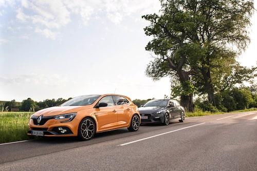 Två GTI-bilar i ett prunkande Sommarsverige. Är man bilälskare vill man ha båda två. Det vill vi.