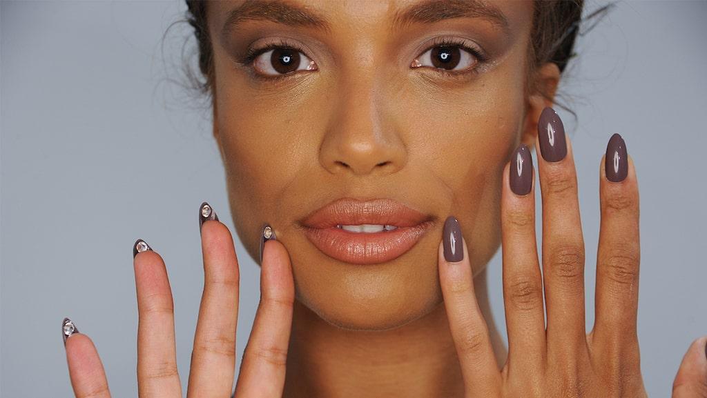 Få piffiga naglar med hjälp av shellac.