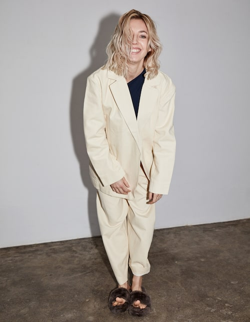 Veronica Maggion bär: Kavaj och byxor, Weekday. Bikinitopp, Cos. Tofflor, Filippa K.