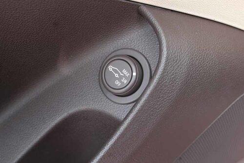 Om man köper till el-motoröppning av bakluckan kan man ställa in den i garageläge. Då öppnar luckan 3/4-delar för att inte slå i taket. Lucköppningen sköts med en knapp på förardörren.