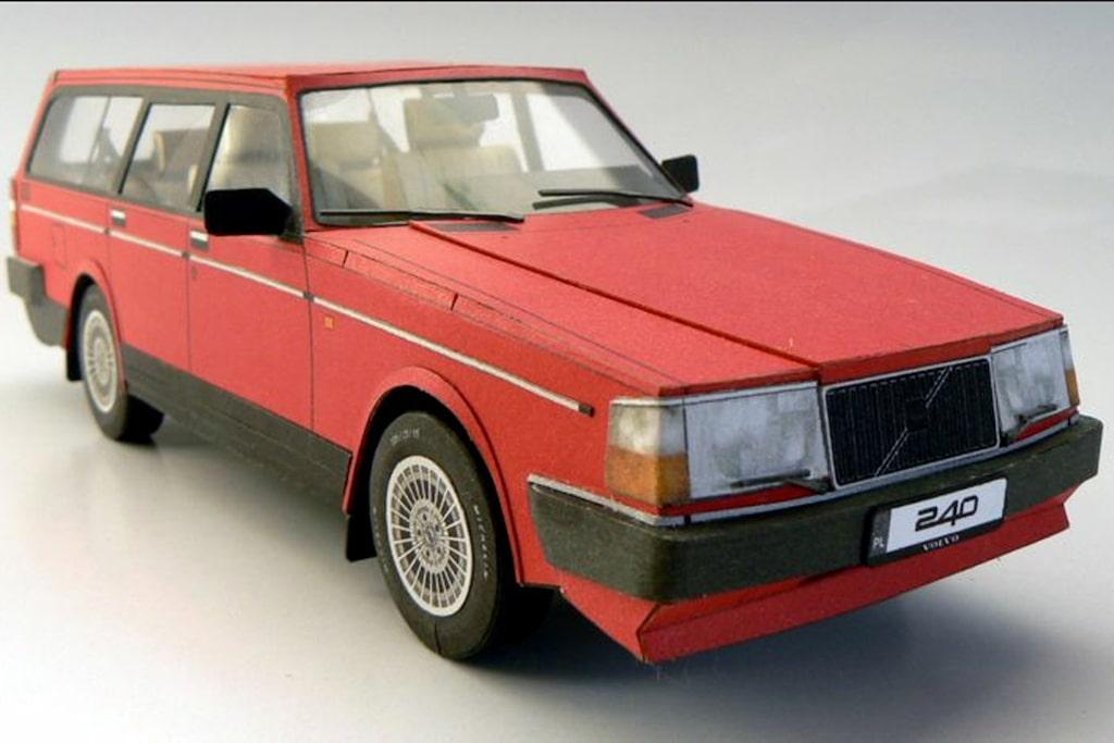 Om man skulle ha det tråkigt på semestern har ett gäng Volvo-entusiaster tagit fram en pappersmodell av Volvo 240 med en lång rad tillbehör, som till exempel elhissar och specialfälgar.