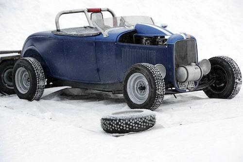 En gammal Hot Rod utan spikdäck kommer inte så långt på isen. Däckbyte är på gång som ni ser...