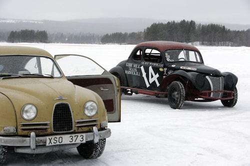 En Saab 93 ska visa vad den går för på sjöisen. Bredvid en... Ford... men vilken? Vi vet, vet du?