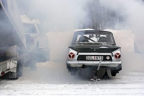 En härlig Ford Cortina. Men ryker det inte lite väl mycket?