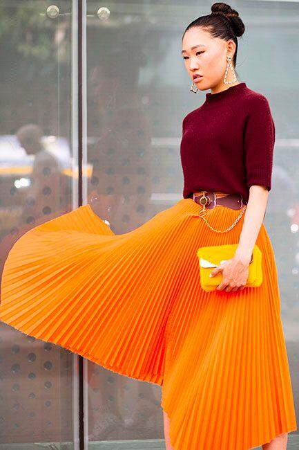 Street style inspo - så bär du den plisserade kjolen i höst: med stickad tröja, skärp i midjan och stora örhängen.