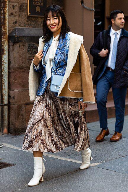 Street style inspo - så bär du den plisserade kjolen i höst: med många lager på lager och ankelboots.