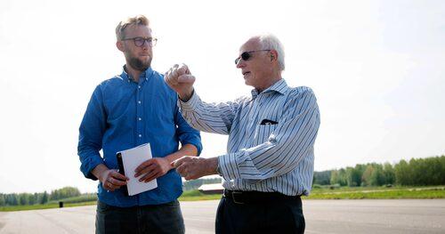 Werner Bless visar Erik Wedberg att man med hans styrväxel sällan behöver korsa händerna under normal körning.