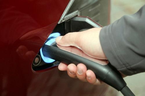 Tesla säljer flera adaptrar som gör att Model S kan laddas i de flesta olika laddstationer.