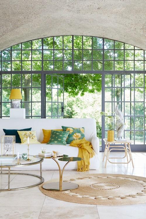 Gult är en av säsongens starkaste färger och blir härlig som färgklick i vardagsrummet.