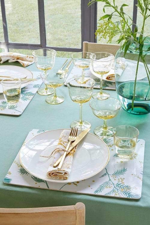 Gult tonade glas blir en fin detalj på påskbordet.