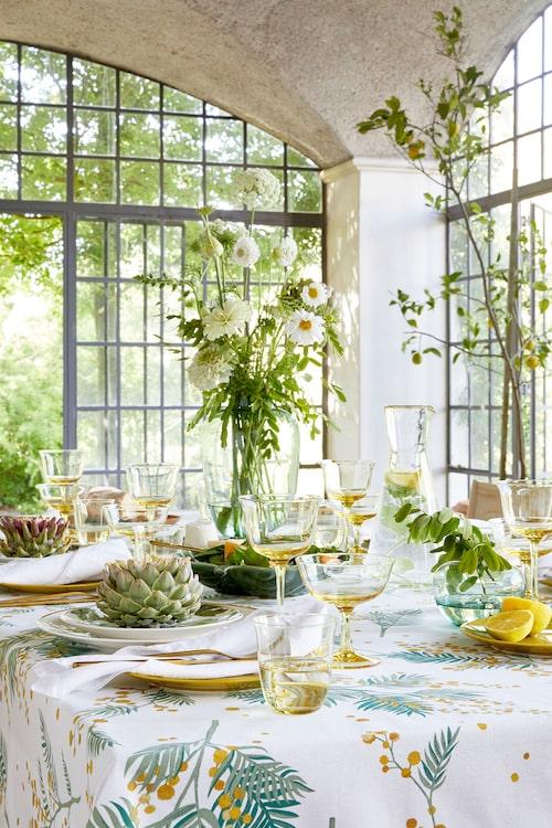 Ljusa färger, mycket glas och stora blomsterarrangemang ger härliga vårkänslor.