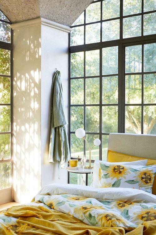 Ta in våren i sovrummet med gula blommande sängkläder.