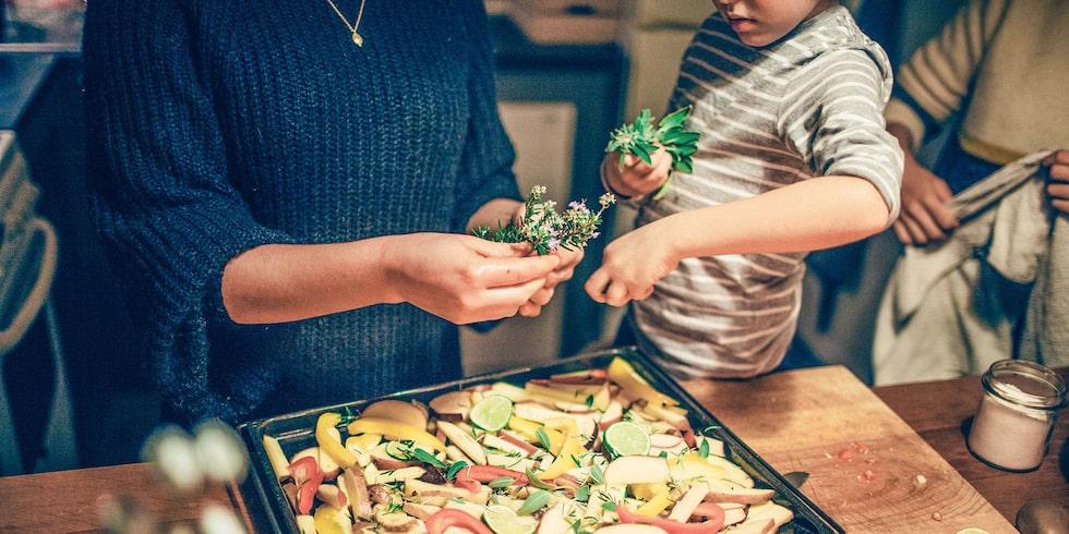Finns det något som kan underlätta matlagningen när man är ensam hemma med barn? Ja - att laga en rätt som kan bli till flera!