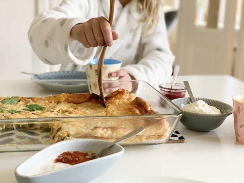 Frittatan görs i ugn som en ugnspannkaka. Det är vanligt att barn inte gillar ihopblandad mat – då kan man pröva att låta ena halvan vara utan fyllning.