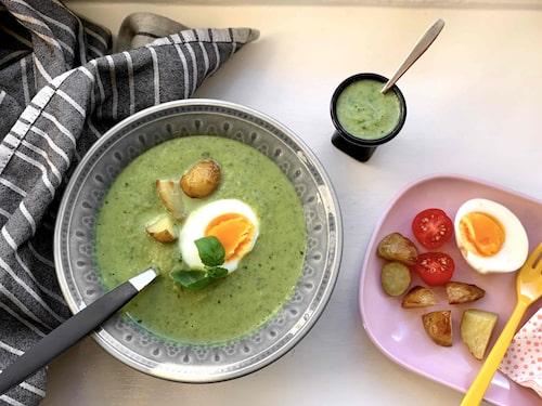 Servera soppan tillsammans med valfria tillbehör som antingen kan läggas i soppan eller serveras brevid.