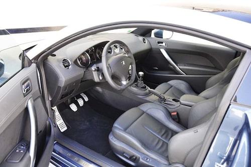 Interiören stammar från 308 CC-modellen med godkänd sittposition och tillräckligt bra kvalitetsintryck.
