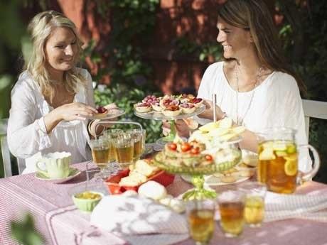 <p>Kallt iste med l&auml;ckra tilltugg &auml;r perfekt att bjuda p&aring; i sommarsolen.</p>