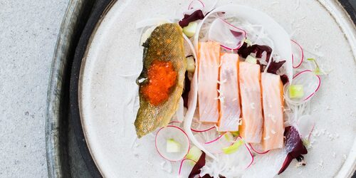 Sashimi på röding på skål och tallrik från Västergården.