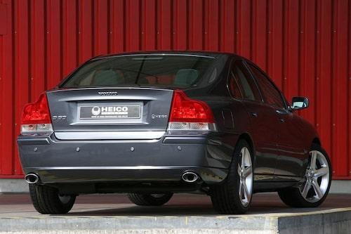 Gamla Volvo S60 med Heico-styling.