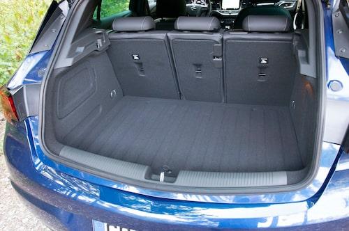 Tredelad baksätesfällning är lyxigt i golfklassen. Bagageutrymmet är fullt jämförbart med Volkswagen Golf.