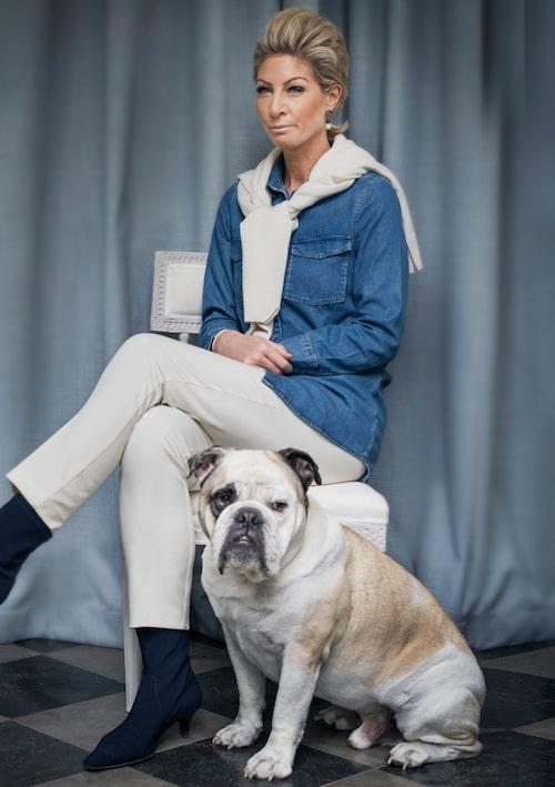 Caroline Endre har gjort det till en livsstil att flytta, inreda och flytta igen. Engelska bulldoggen Fred följer med.