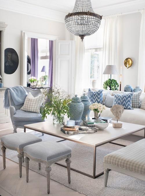 Vardagsrummet är en ombonad och elegant oas. Byst på pelare och urnor, Oscar&Clothilde. Bergèrefåtölj omklädd i tyg från Astrid, 1700- talstaburetter, och soffbord med skiva av italiensk kalksten.