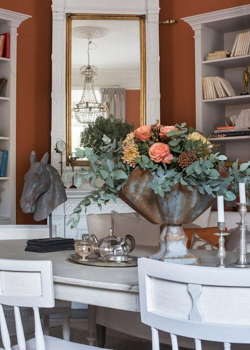På bordet står ljusstakar från Oscar& Clothilde. Vasen är köpt på en marknad i Frankrike.