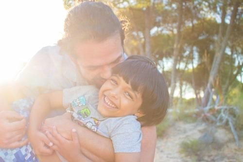 I det lyhörda föräldraskapet är det inte bara föräldrarna som uppfostrar barnet. Barnet lär också föräldrarna vad som är möjligt och rimligt.
