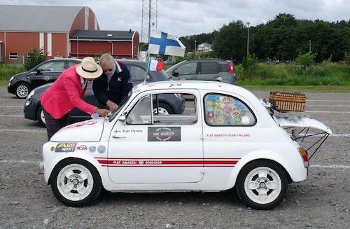 Kari Pynnä från Finland (t. h.) hämtade personligen hem sin Fiat 500 Abarth från Italien. Den har sedan dess varit med på många, långa resor. Nu fick den komma till Sverige och Kungsbacka och slå nordiskt rekord.