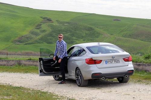 """Sedan 18 års ålder har Erik tränat på hur man snyggast går ur en bil. Den här varianten kallar han """"James Dean""""."""