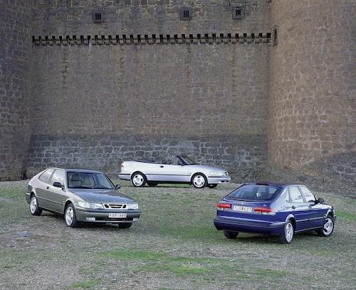 Nya Saab 900 lanserades först med femdörrarskaross men kunde efter ett halvår beställas även som cabriolet och tredörrars coupé. När modellserien uppdaterades och bytte namn till 9-3 flyttade nummerskylten upp mellan bakljusen.