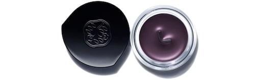 Flytande eyeliner Inkstroke eyeliner i nyans Purple, 330 kr, Shiseido.