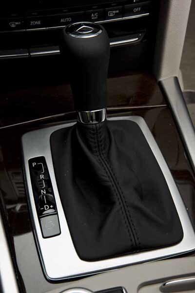 Mercedes fyror kan fås med femstegad automatlåda. V6- och V8-motorerna får den sjustegade automatlådan med rattspak.